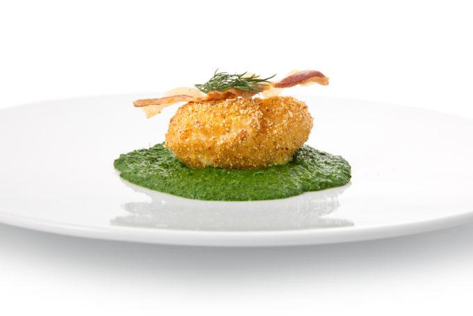 Antipasto - Uovo cremoso in crosta di pignoletto rosso con guanciale croccante su crema di spinacini